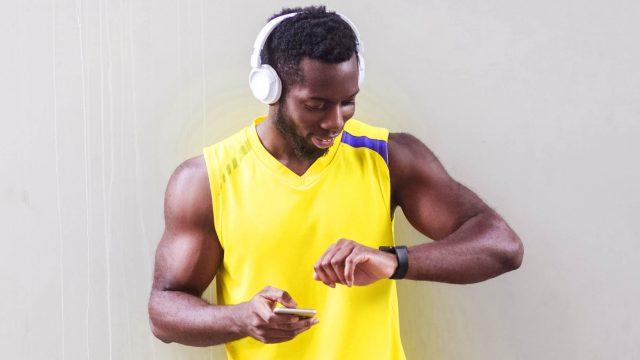 Junger Mann trainiert mit seiner Apple Watch.