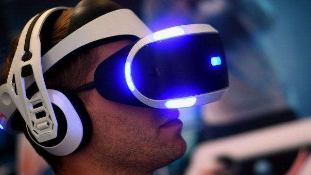 Mann trägt eine leuchtende PS-VR-Brille.