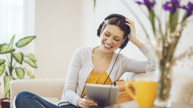 """Eine Frau hört """"Die Blaue Stunde"""" – einen der besten Comedy Podcasts"""