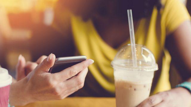 Freundinnen entdecken die neue Fortnite-Season am Smartphone.