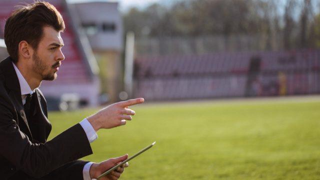 Coach probiert eine der Fußballtrainings-Apps
