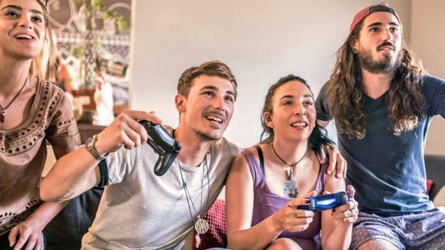 Vier Freunde spielen PS4