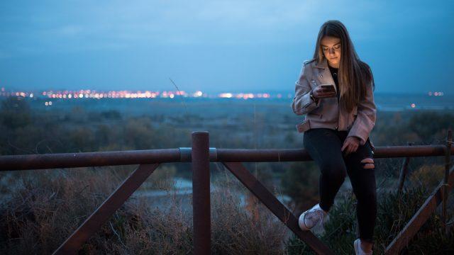 Frau nutzt Chromes Dark Mode unter Android