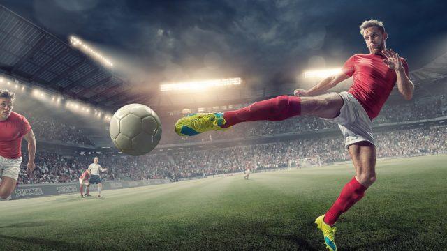 Fußballer kickt Fußball