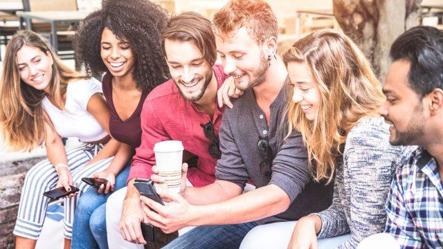 Eine Gruppe von Jugendlichen unterschiedlicher Herkunft beim freudigen Austausch