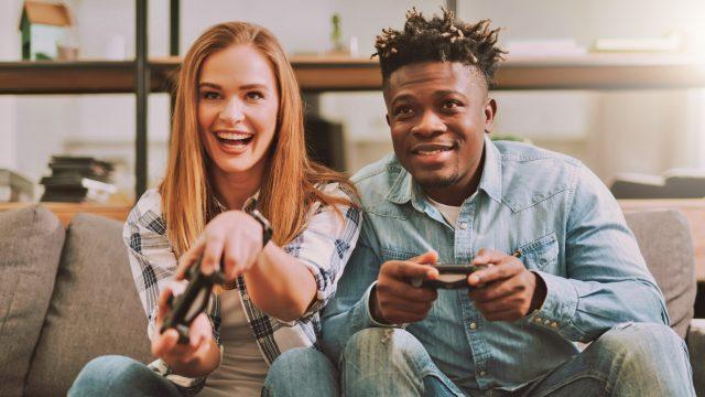 Paar spielt PS4