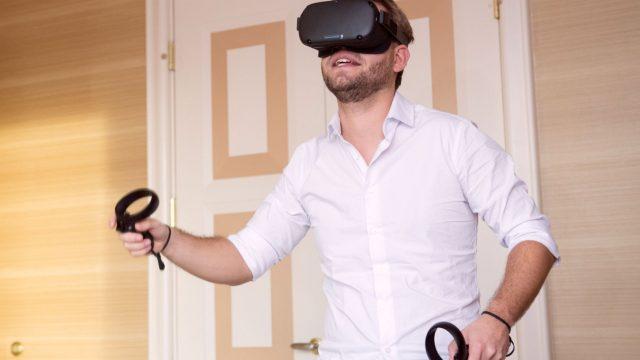 Junger Mann trägt die gereinigte Oculus Quest.