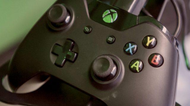 Schwarzer Xbox-One-Controller.