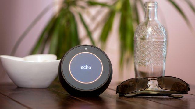 Der Amazon Echo Spot steht auf einem Tisch.