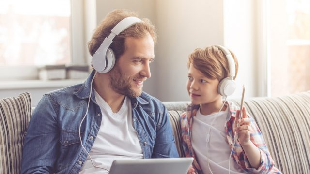 Vater und Sohn mit Kopfhörern
