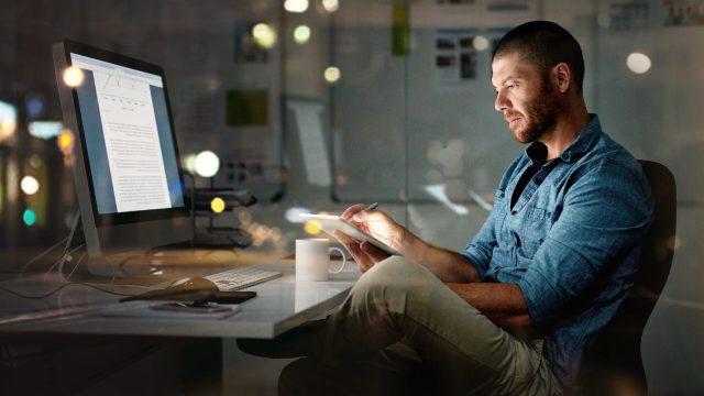 Mann nutzt Adobe Fresco auf iPad