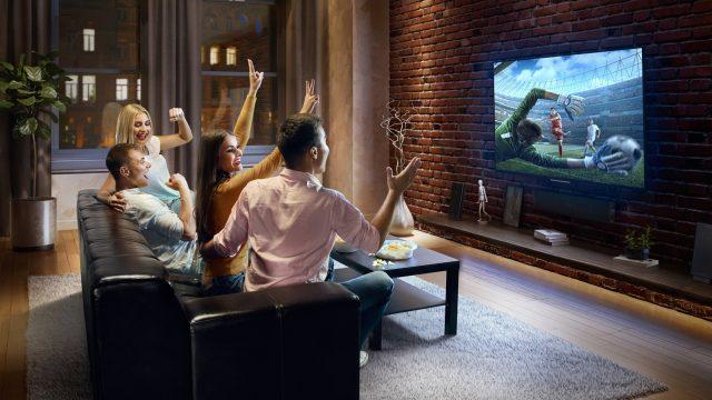 Freunde schauen zusammen ein Sportevent auf DAZN.