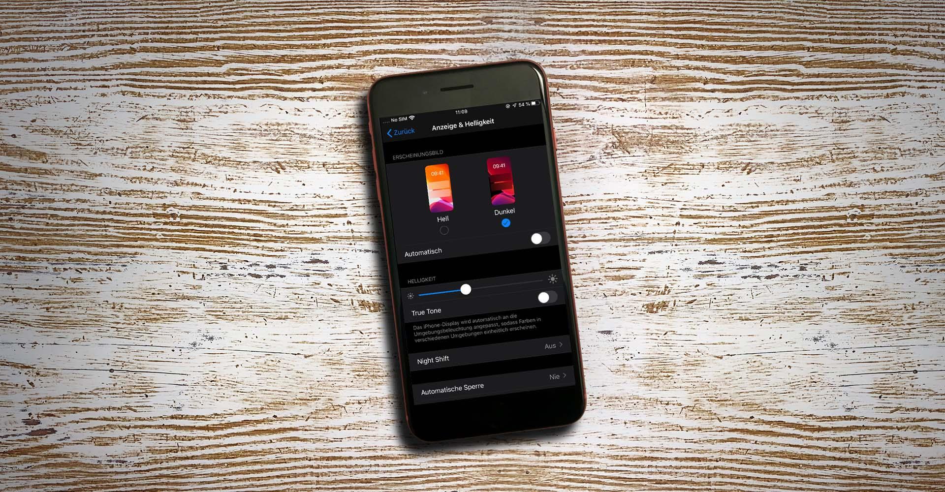 Bild zeigt den Dark Mode von iOS 13 am iPhone.