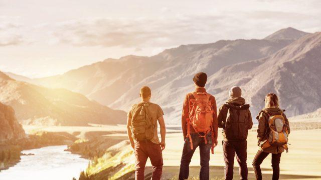 Vier Freunde vor einem Bergpanorama