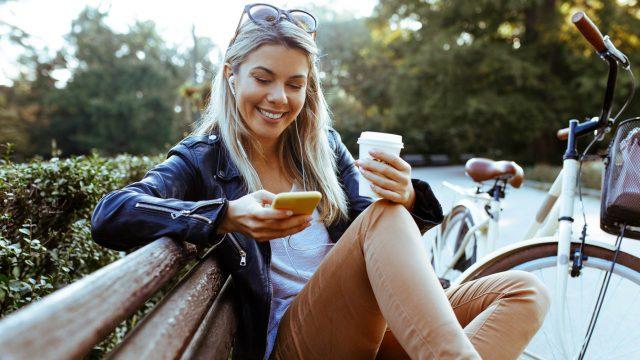 Junge Frau hat ihre Snapchat-Probleme am Smartphone gelöst.