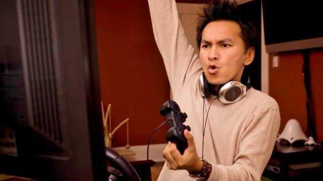 Mann spielt Fortnite: Rette die Welt