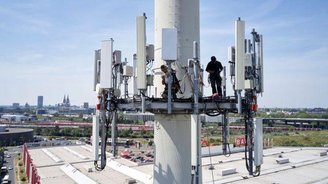 Techniker erklimmt 5G-Station