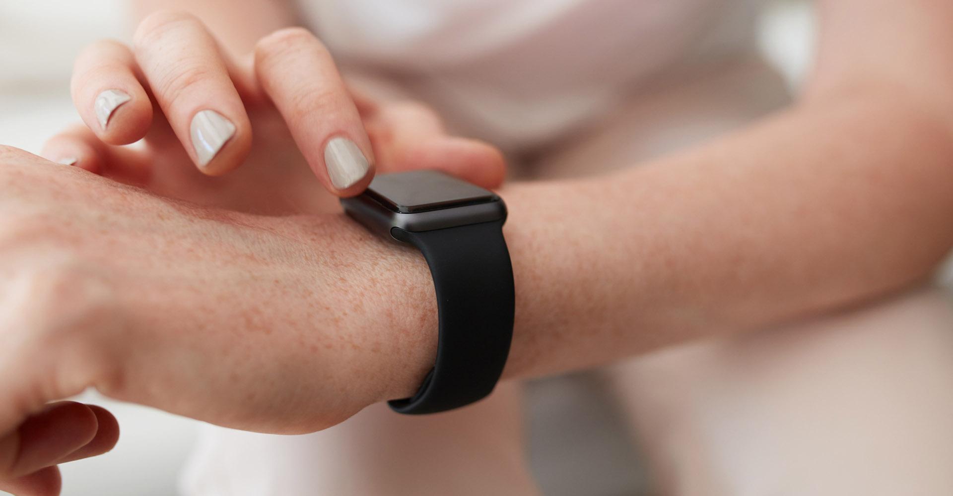 Auf dem Display der Apple Watch eine Mail eintippen.