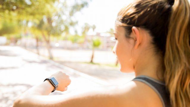 Frau liest Mail am Display der Apple Watch.