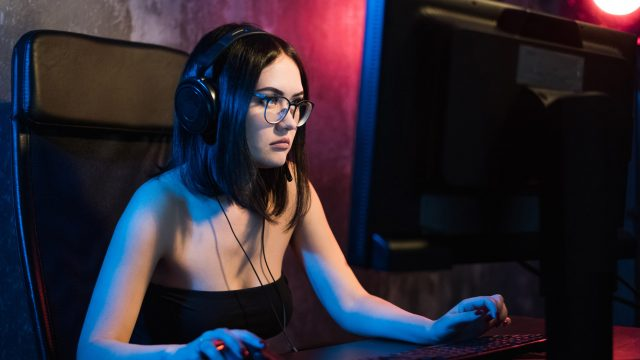 Junge Frau spielt Season 10 von Fortnite am PC.