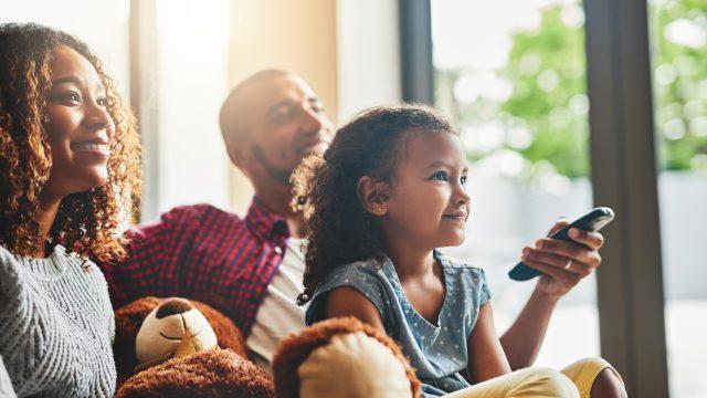 Eltern und kleines Mädchen auf Sofa