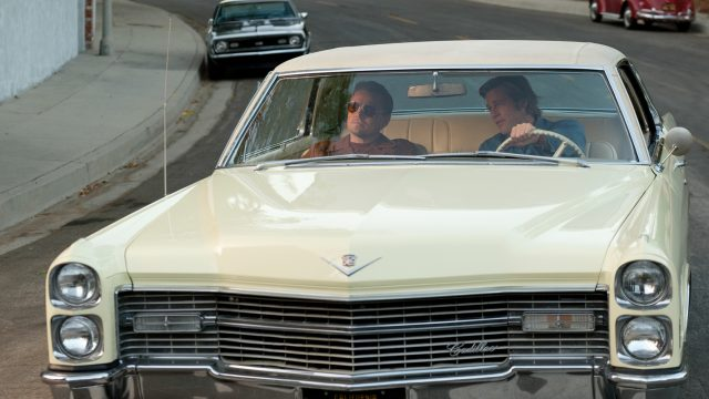 "Brad Pitt und Leonardo DiCaprio fahren in ""Once Upon a Time in Hollywood""gemeinsam im Auto. Foto: Sony Pictures"