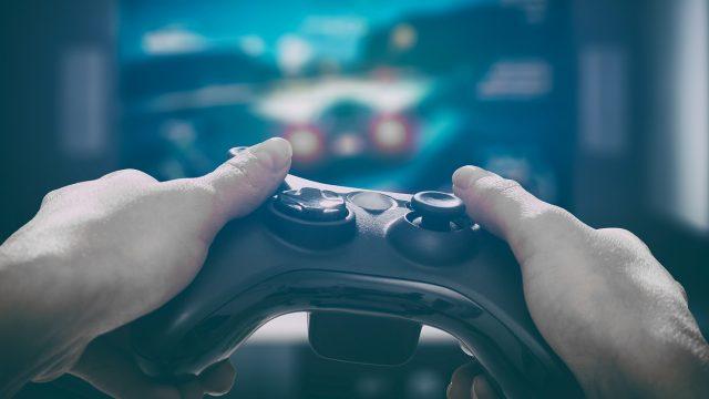 Mann spielt ein Racing-Game