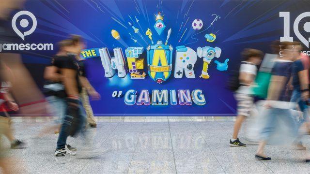 Menschen gehen an Gamescom 2019 Plakat vorbei. Foto: Koelnmesse GmbH, Andreas Hagedorn