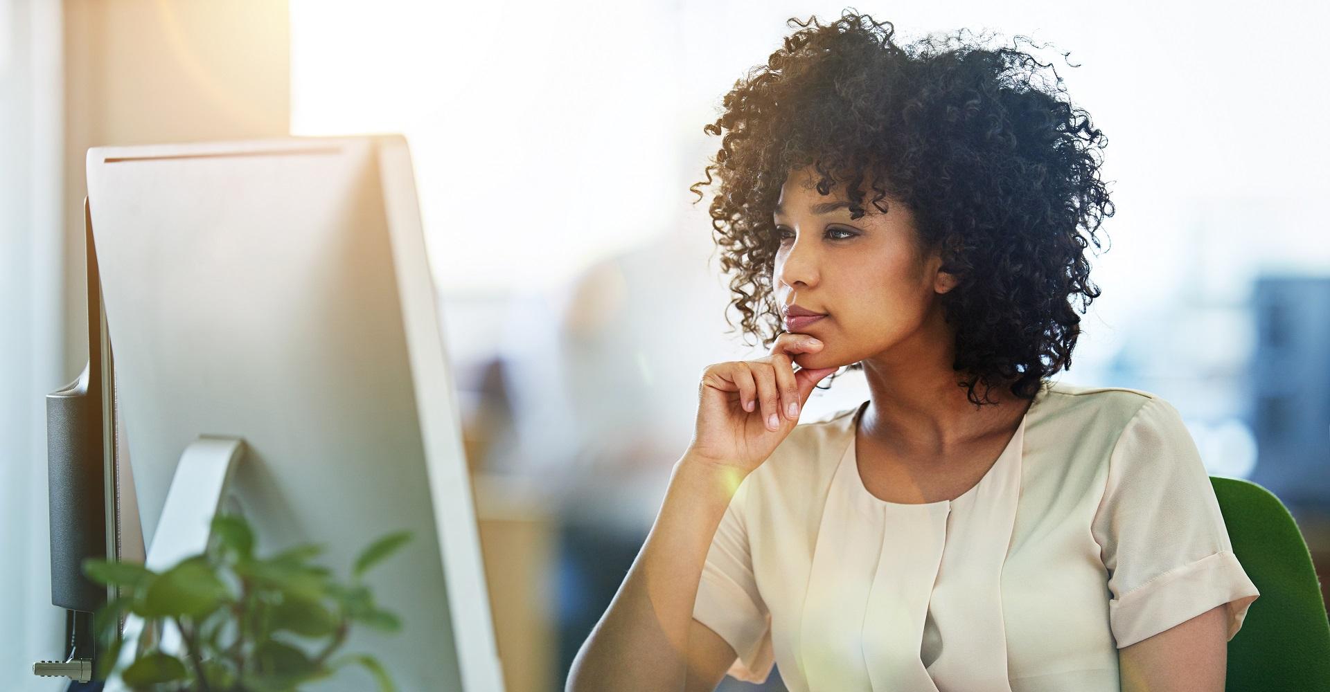 Junge Frau kopiert einen Ordner in Google Drive