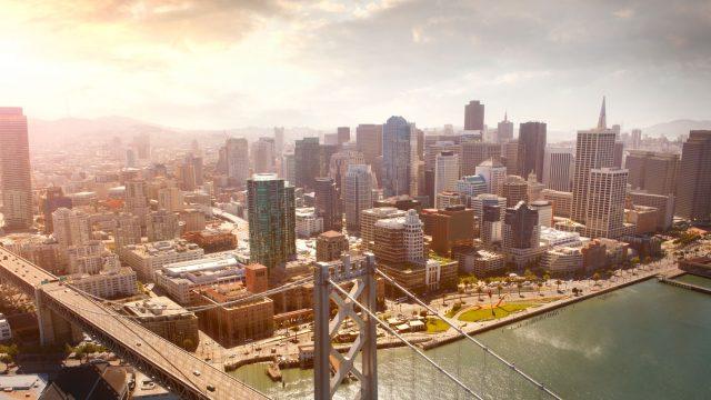 San Francisco Oakland-Bay-Bridge Luftbild - Lieferroboter darf auf Gehwegen in San Francisco liefern