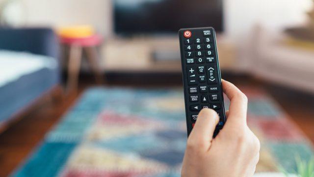 Mit der Fernbedienung den TV einschalten.