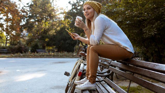 Junge Frau schaut sich die Neuerungen im Google Play Store an