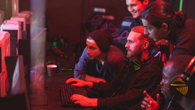 Team feuert jungen Mann beim Computerspielen an - Geschichte des esports