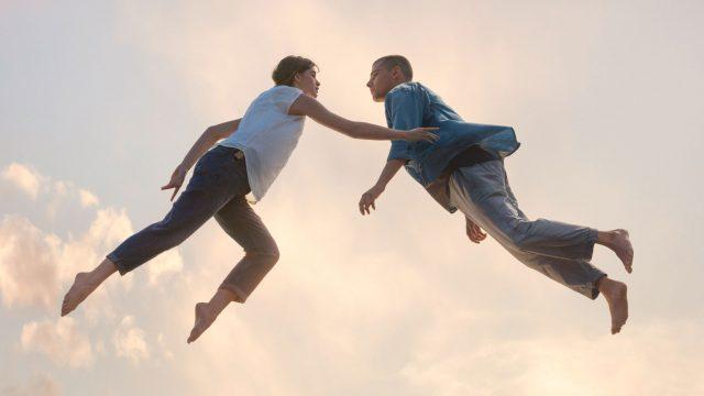 Paar berührt sich im Flug - CallYa Digital The Power of freedom