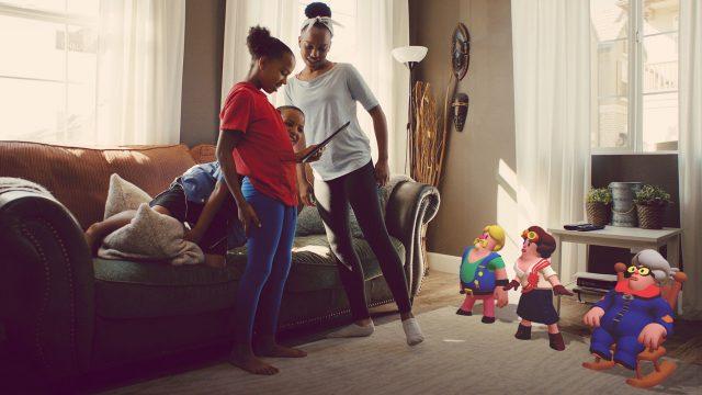 Familie nutzt App Wonderscope am Tablet - Wonderscope Storytelling-App