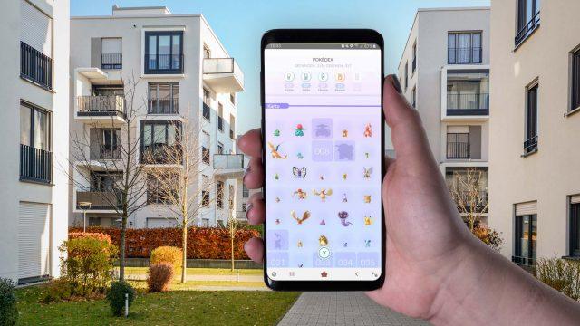 Smartphone-Display zeigt den Pokédex von Pokémon Go.