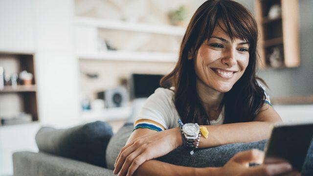 Eine Frau mit Smartphone