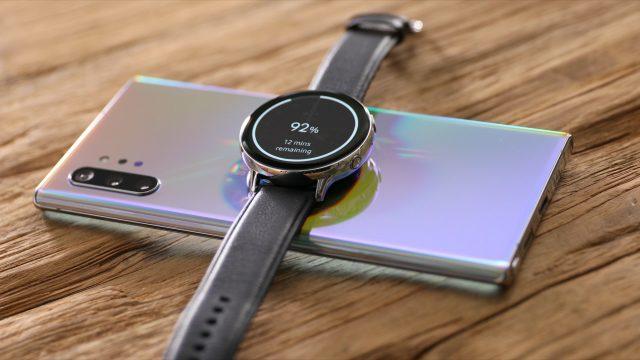 Mit dem Samsung Galaxy Note10 und Wireless PowerShare eine Smartwatch aufladen.
