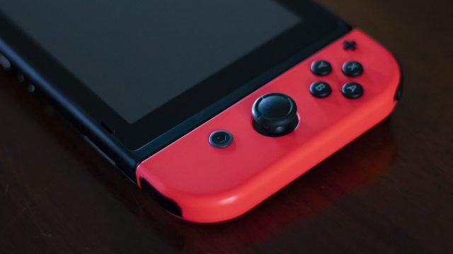 Eine Nintendo Switch liegt auf dem Tisch.