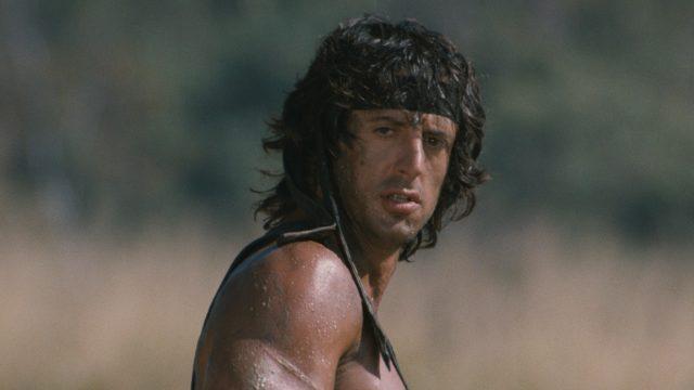 Rambo blickt ernst in die Kamera
