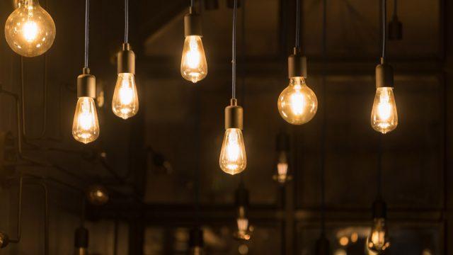 An der Decke hängen Filament-Lampen.