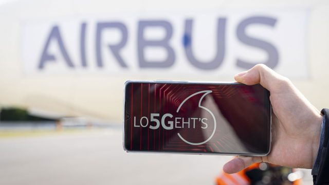 5G-Smartphone vor Airbus-Luftschiff - Airbus und Vodafone - 5G-Kooperation