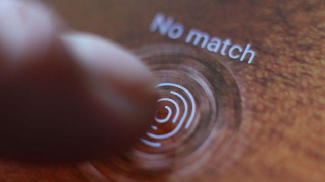 Der Fingerabdrucksensor im Display des Samsung Galaxy S10 erkennt den Fingerabdruck nicht.
