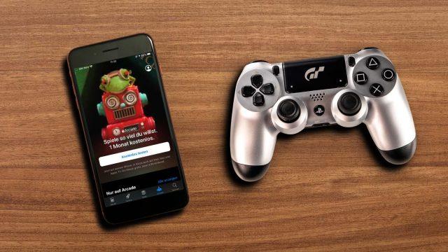iPhone 8 Plus mit Apple Arcade liegt neben einem PS4-Controller.