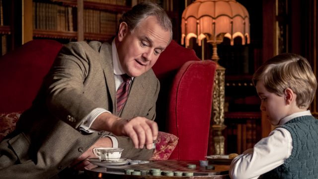 Hugh Bonneville spielt in Downton Abbey mit Kind. Foto: Universal