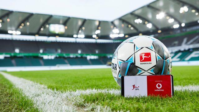 Fußball und Smartphone im ersten 5G-Stadion