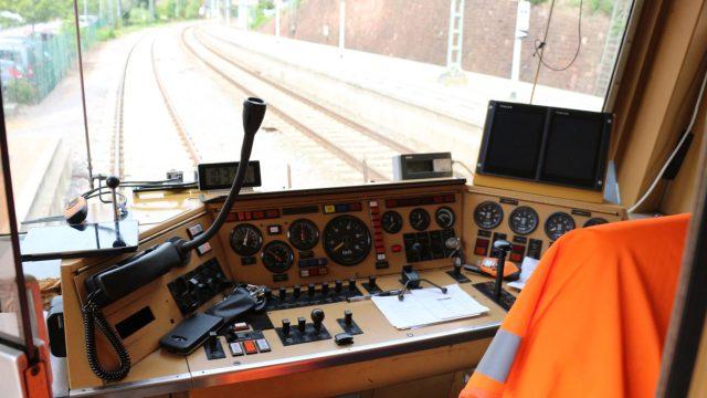 Blick aus einer Zugfahrerkabine - Vodafone steuert fahrerlosen Zug per 5G