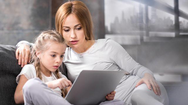 Mutter führt ihre Tochter langsam in die Generation digital ein