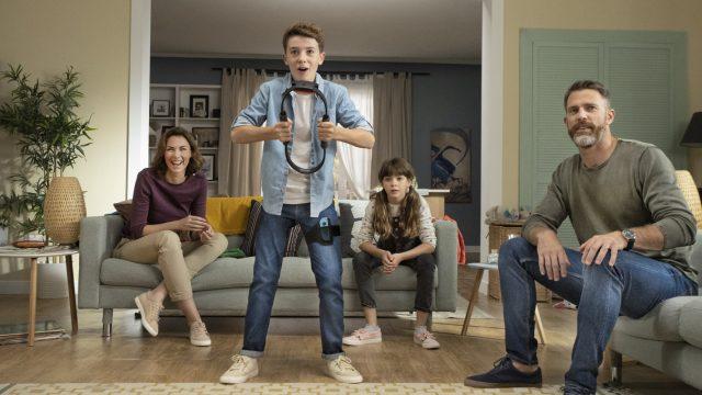 Junge spielt mit seiner Familie Ring Fit Adventure im Wohnzimmer