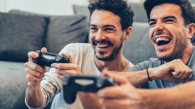Zwei Jungs spielen Trover saves the Universe mit Controllern.